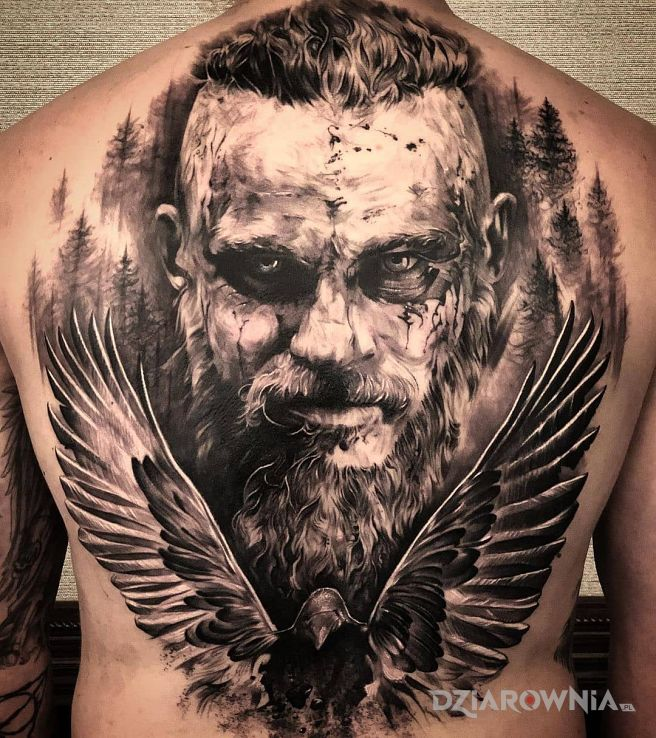 Tatuaż wiking ragnar w motywie zwierzęta i stylu realistyczne na łopatkach