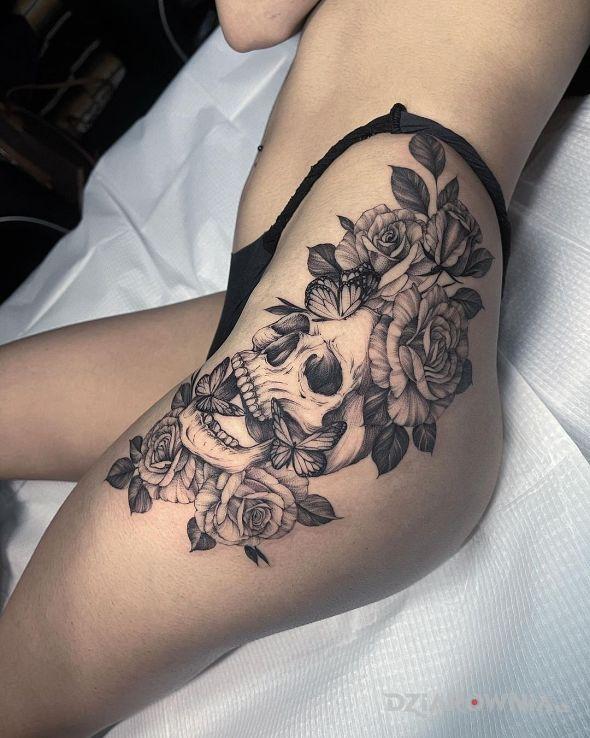 Tatuaż czaszka z kwiatami i motylami w motywie czarno-szare i stylu realistyczne na udzie