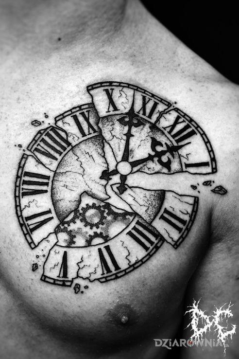 Tatuaż zegar w motywie przedmioty i stylu graficzne / ilustracyjne na klatce