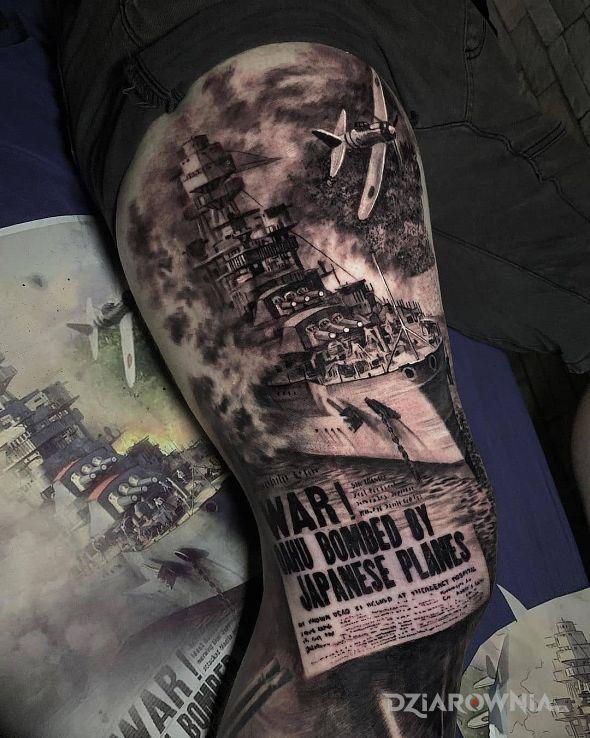 Tatuaż zaatakowany statek w motywie napisy i stylu realistyczne na udzie