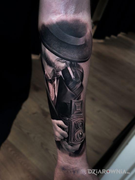 Tatuaż fotograf w motywie czarno-szare i stylu realistyczne na przedramieniu