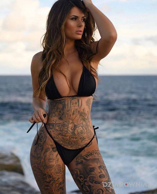 Tatuaż nadmorska laska w motywie twarze i stylu chicano na brzuchu