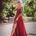 Czerwona suknia + tatuaże
