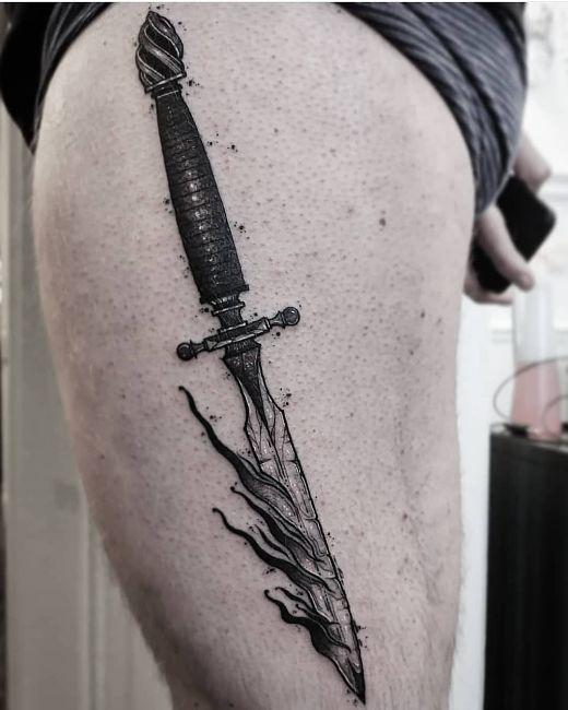tatuaż bogato zdobiony sztylet