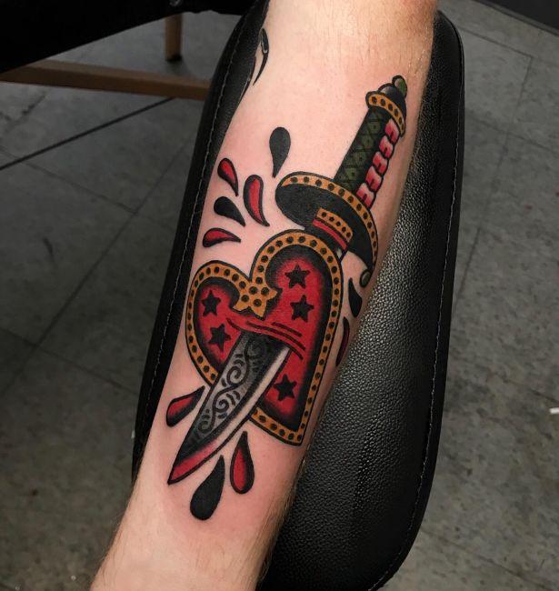 tatuaż sztylet wbity w serce