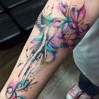 Koliber z dziobem w kwiecie