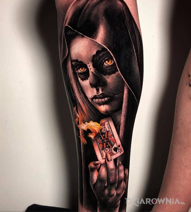 Tatuaż karta w płomieniach w motywie twarze i stylu realistyczne na nodze