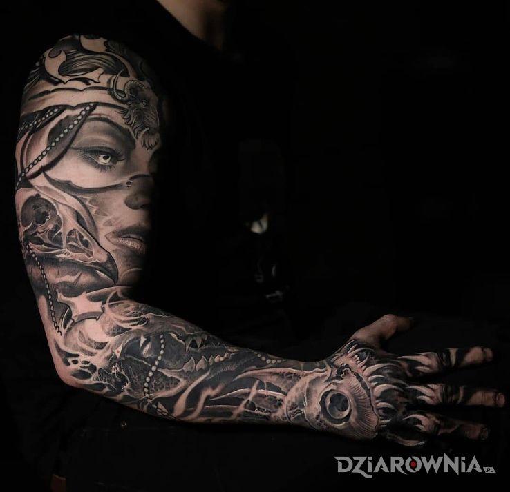 Tatuaż ptasia czaszka w motywie rękawy i stylu realistyczne na ręce