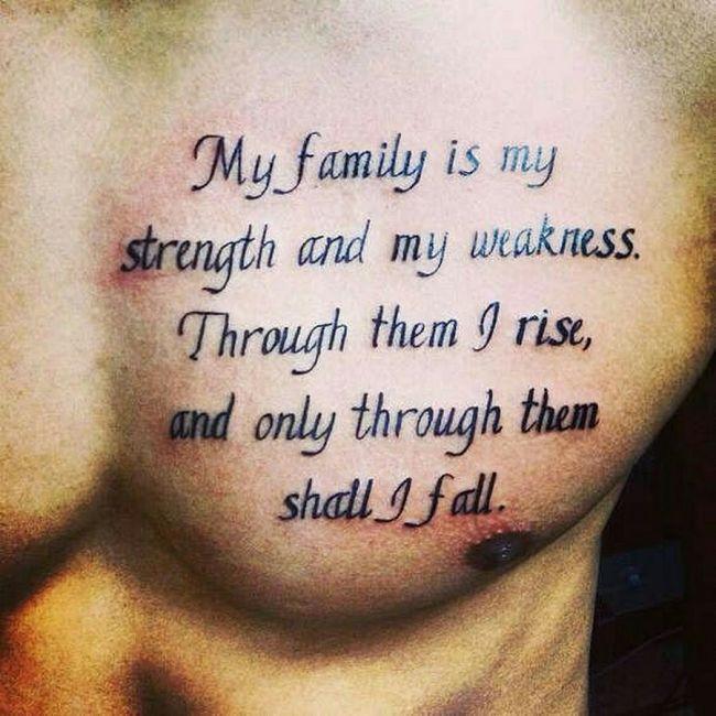 tatuaż tekst po angielsku o rodzinie na klatce piersiowej