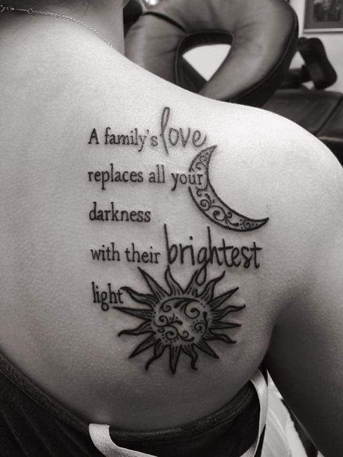 tatuaż cytat o rodzinie na łopatkach ze słońcem