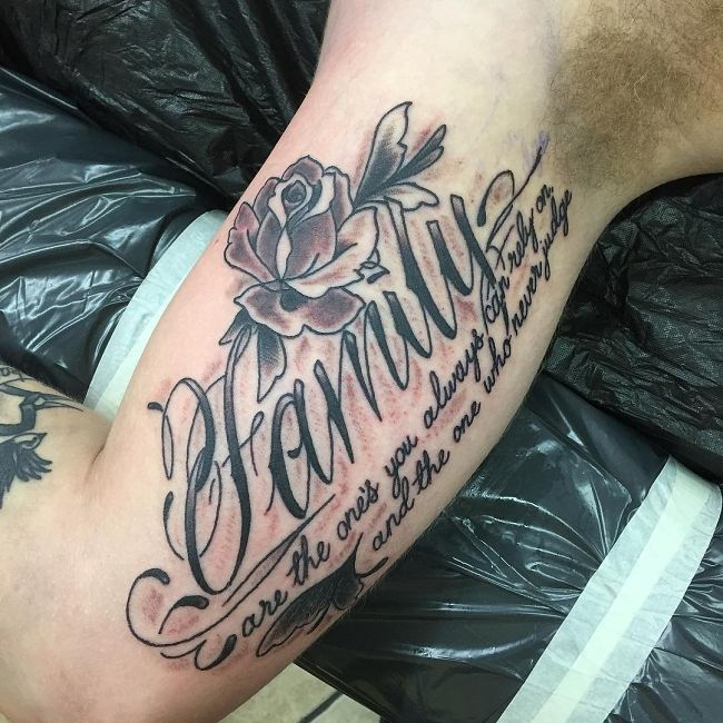 tatuaż róż z napisem rodzinnym po angielsku