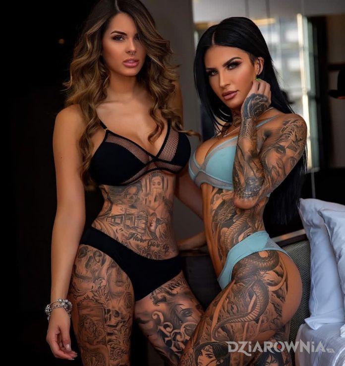 Tatuaż piękne dzierlatki w motywie rękawy i stylu realistyczne na udzie