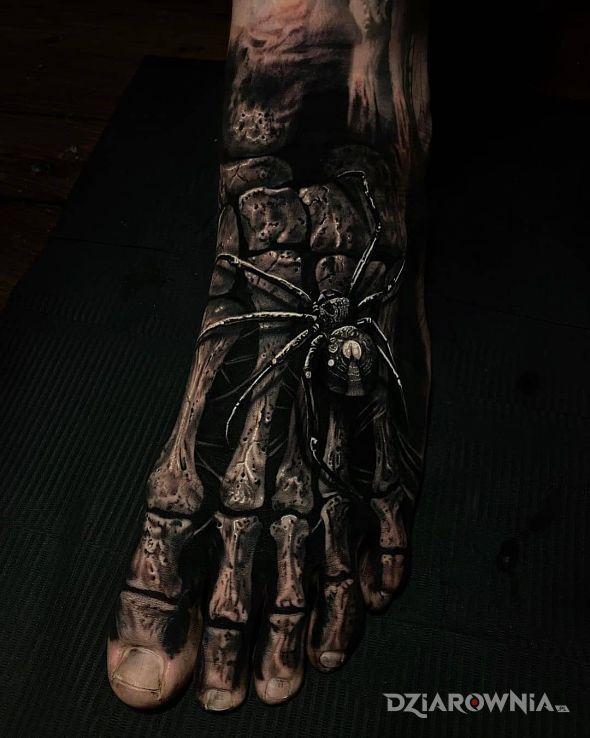 Tatuaż koscista stopa w motywie zwierzęta i stylu realistyczne na stopie