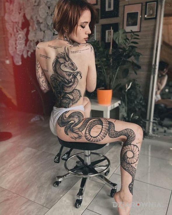Tatuaż dlugi waz i smok w motywie zwierzęta i stylu realistyczne na nodze
