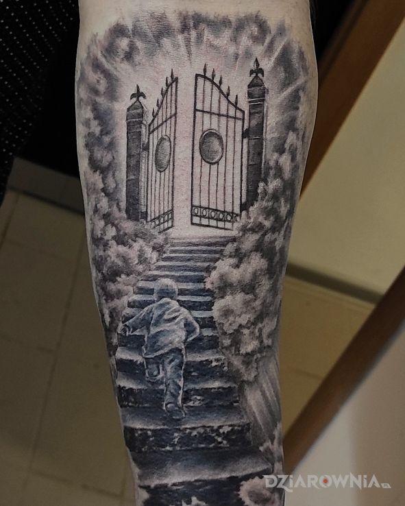 Tatuaż brama niebios w motywie rękawy i stylu realistyczne na ramieniu