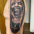 Tatuaz na ramieniu opetana zakonnica