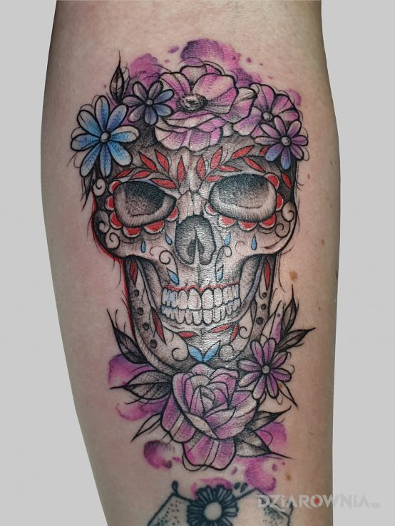 Tatuaż kolorowa czaszka w motywie fantasy i stylu rycinowe / grawiurowe na ręce
