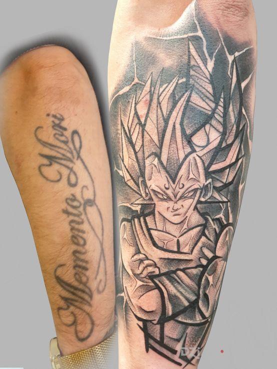 Tatuaż cover up w motywie postacie i stylu dotwork na ręce