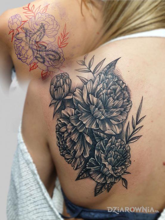 Tatuaż cover up w motywie kwiaty i stylu biały tusz na łopatkach