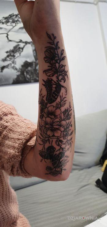 Tatuaż kwiaty w motywie kwiaty i stylu kontury / linework na przedramieniu