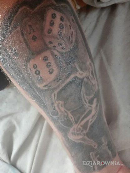 Tatuaż karty i kości w motywie kasyno i stylu graficzne / ilustracyjne na przedramieniu
