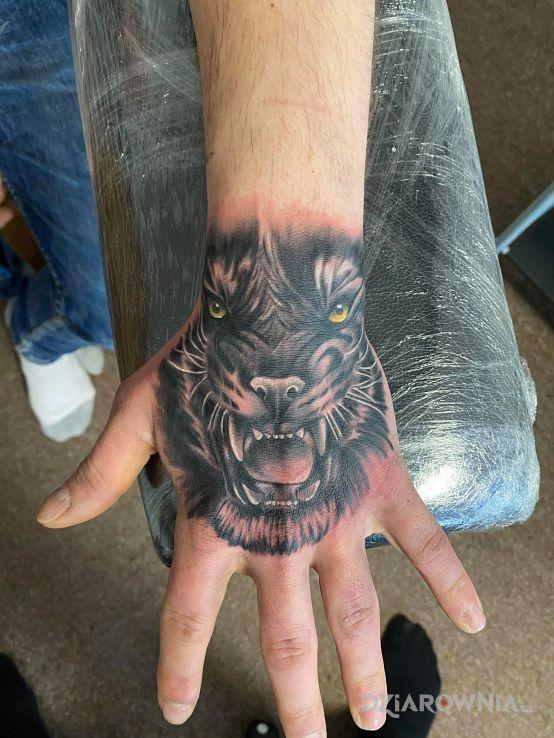Tatuaż tatuaz w motywie zwierzęta na ręce