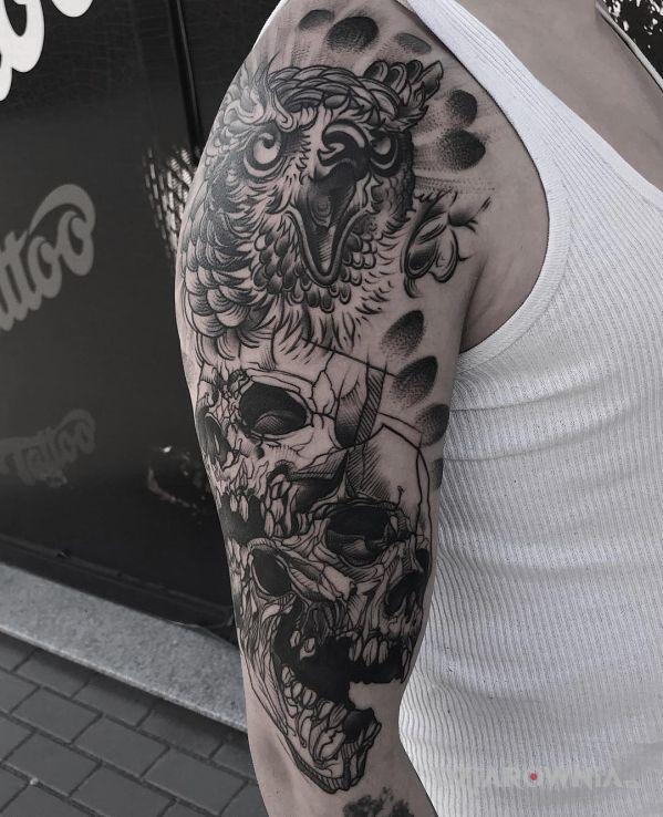 Tatuaż czaszki w motywie czaszki i stylu realistyczne na ramieniu