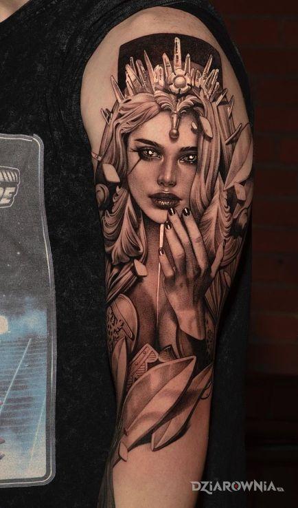 Tatuaż piękna dama w koronie w motywie twarze i stylu realistyczne na ramieniu