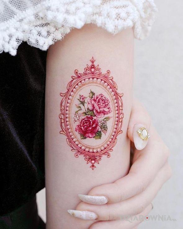 Tatuaż dwie róże w ramce w motywie kolorowe i stylu realistyczne na ręce