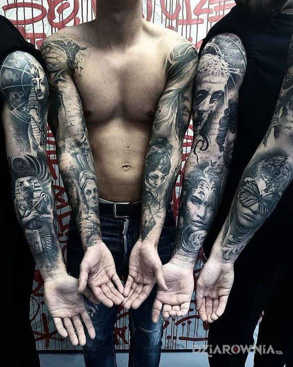 Tatuaż 5 rekawow w motywie motyle i stylu realistyczne na ramieniu