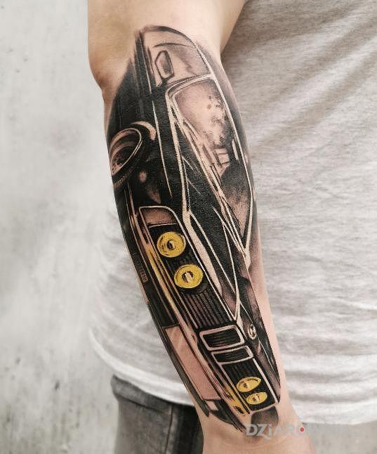 Tatuaż bmw tattoo speak in color w motywie anatomiczne i stylu realistyczne na przedramieniu