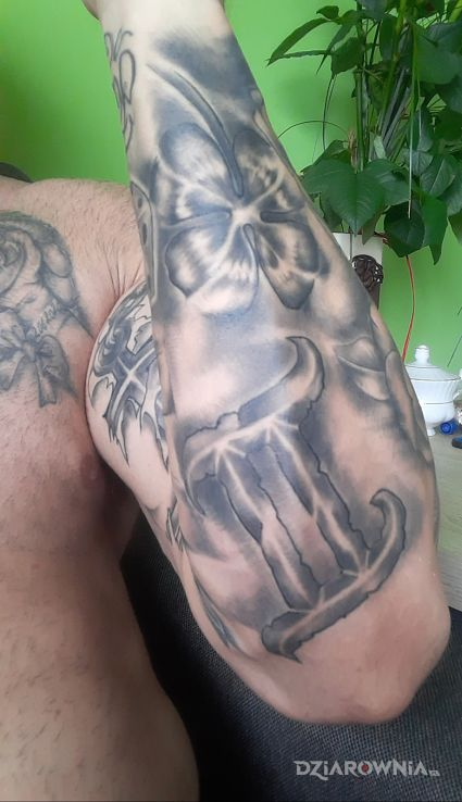Tatuaż znak zodiaku w motywie czarno-szare na przedramieniu