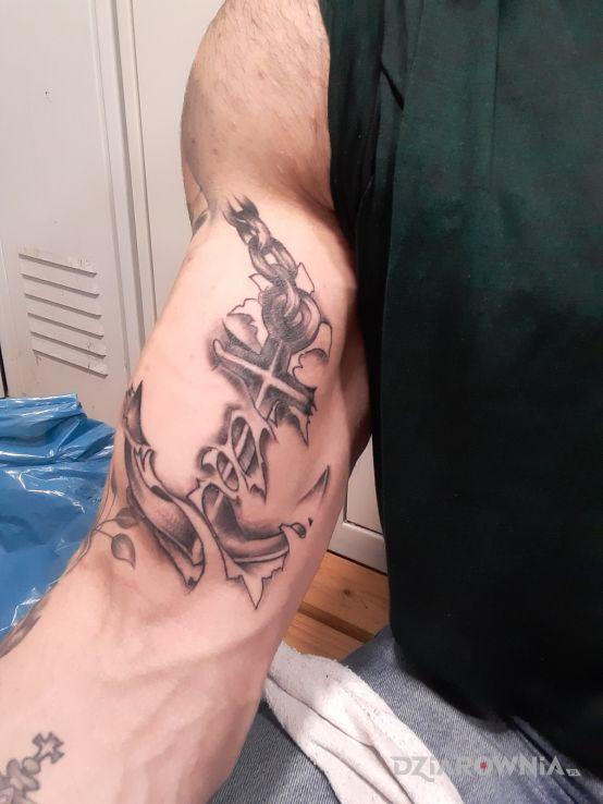 Tatuaż kotwica w motywie czarno-szare na ramieniu