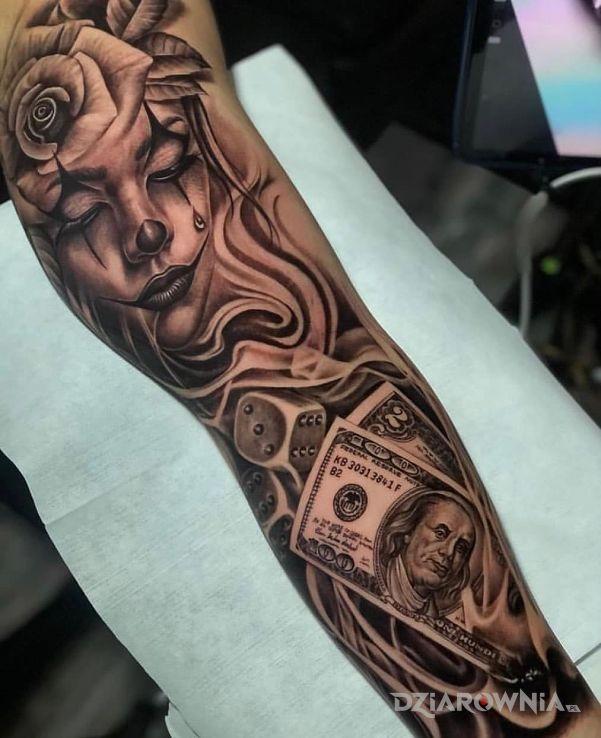 Tatuaż róża na głowie w motywie kasyno i stylu chicano na ręce