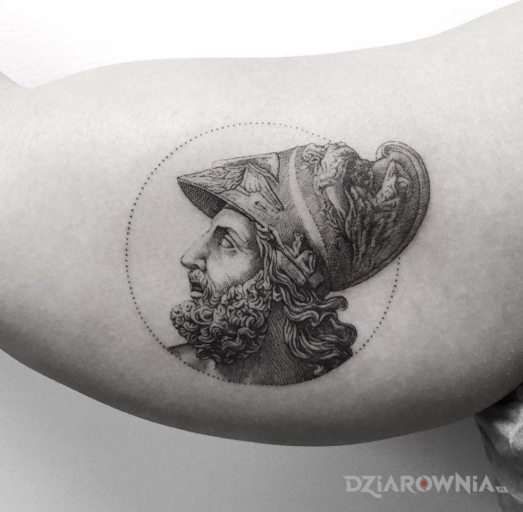 Tatuaż menelaos w motywie postacie na ramieniu