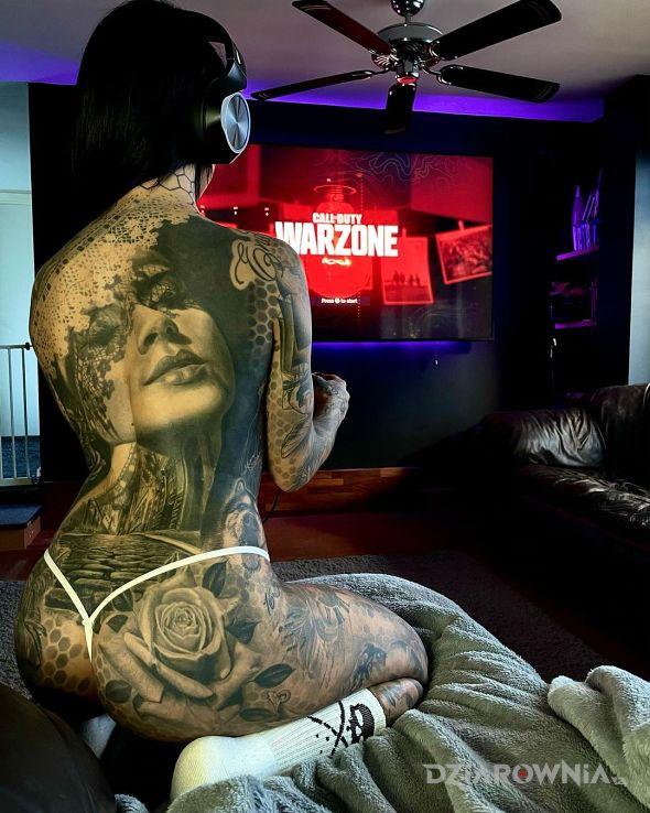 Tatuaż pykanie w gierki w motywie czarno-szare i stylu realistyczne na ramieniu