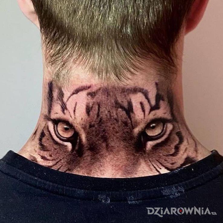 Tatuaż oczy tygrysa w motywie zwierzęta i stylu realistyczne na karku