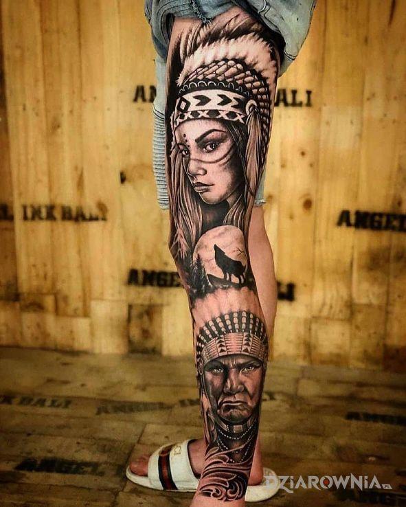 Tatuaż wódz i jego córa w motywie czarno-szare i stylu realistyczne na nodze