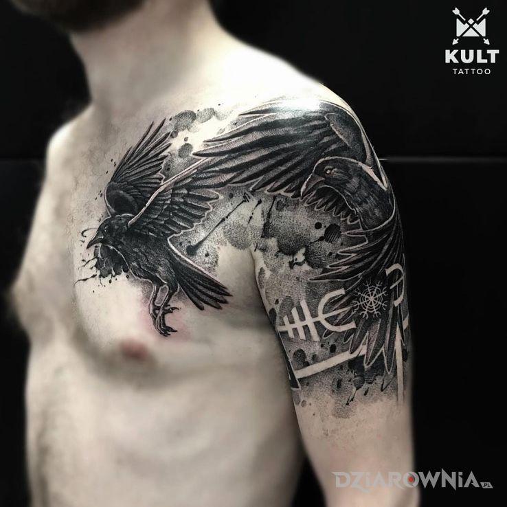 Tatuaż wrony w motywie anatomiczne i stylu realistyczne na plecach