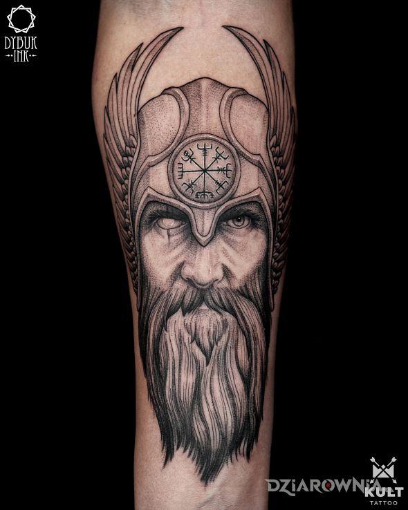 Tatuaż odyn w motywie rękawy i stylu dotwork na ręce