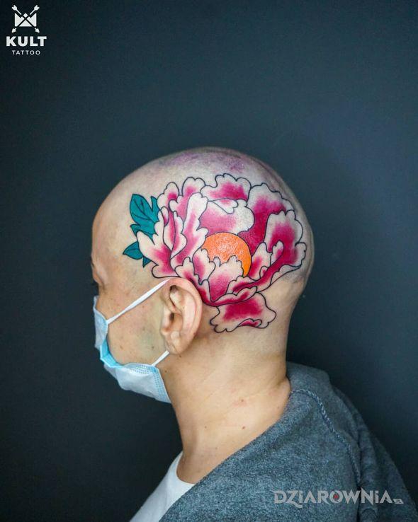 Tatuaż piwonia w motywie kwiaty i stylu kontury / linework na głowie