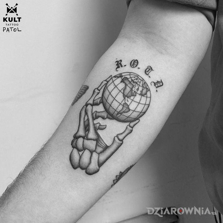 Tatuaż szkielet w motywie czarno-szare i stylu blackwork / blackout na ręce