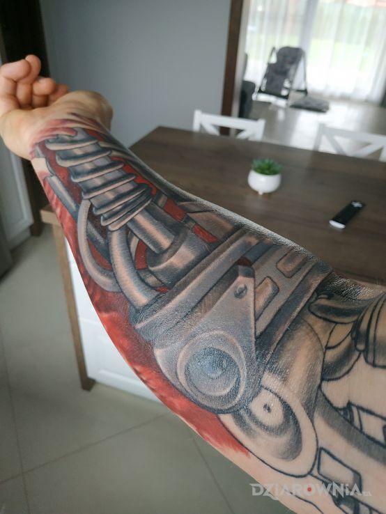 Tatuaż biomechanika w motywie kolorowe i stylu biomechanika na przedramieniu