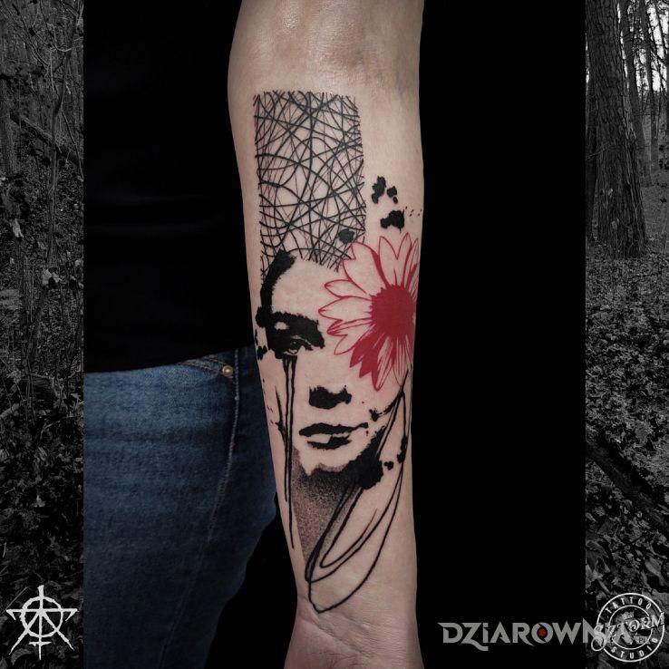 Tatuaż wiosna w motywie postacie i stylu blackwork / blackout na przedramieniu
