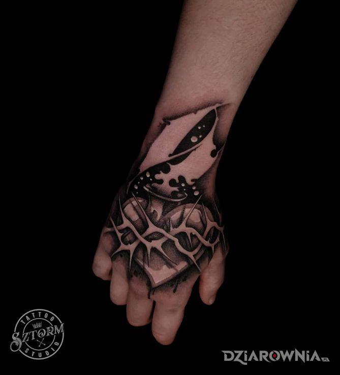 Tatuaż z sercem na dłoni w motywie mroczne i stylu blackwork / blackout na dłoni