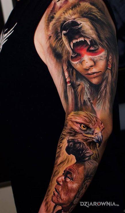 Tatuaż szamanka w skórze niedźwiedzia w motywie kolorowe i stylu realistyczne na przedramieniu