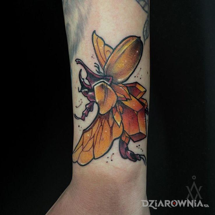 Tatuaż kolorowy żuczek w motywie zwierzęta i stylu graficzne / ilustracyjne przy kostce
