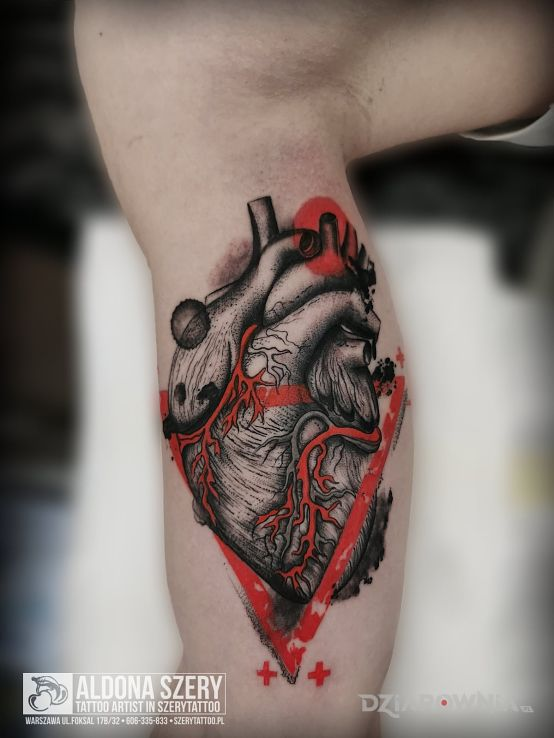 Tatuaż serce w motywie anatomiczne i stylu abstrakcyjne na bicepsie