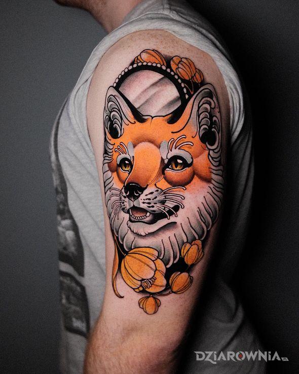 Tatuaż lis  lustro  kwiaty w motywie zwierzęta i stylu neotradycyjne na ramieniu