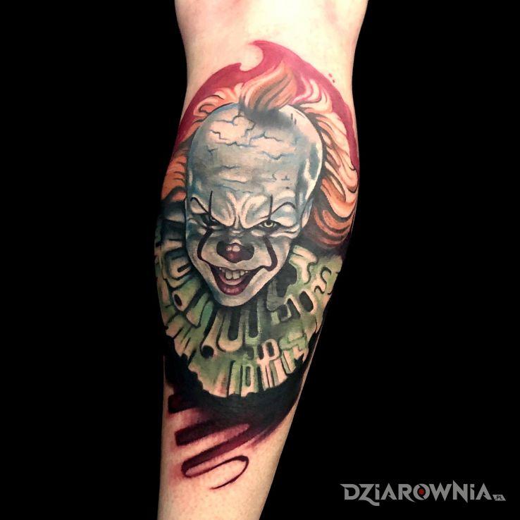 Tatuaż clown w motywie kolorowe i stylu abstrakcyjne na łydce